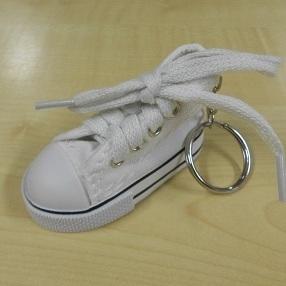 Sleutelhanger Basketschoentje Wit .