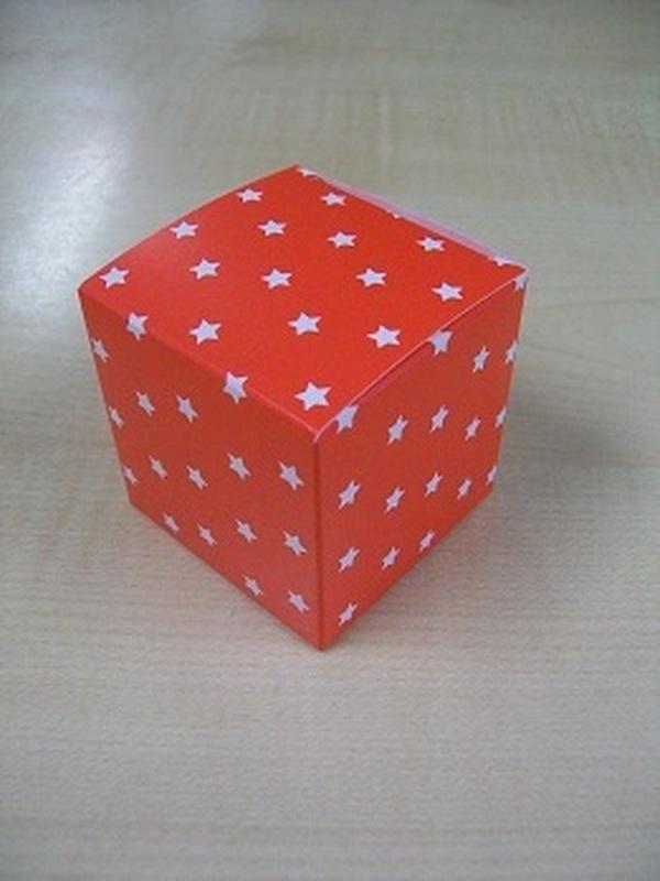 Karton Kubus Rood met Witte Sterren