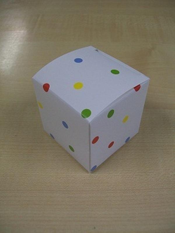 Karton Kubus Wit met Gekleurde Stippen
