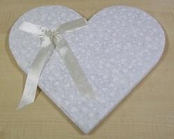 Gastenboek Hartvorm 32 x 35 cm ecru hartjes